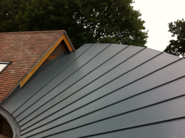 Flat roofing on a curved roof